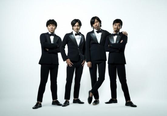 写真:左から清水恵介、細田高広、佐藤カズー、鈴木徹。「TRUE WETSUITS」の「タキシード」を着用。