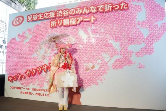 - 学生が「サクラ」をモチーフにデザインした衣装と桜の木をモチーフとしたアートパネル -